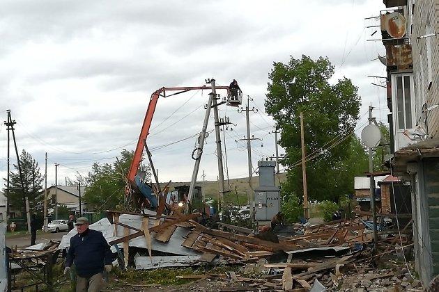 Ремонт на месте обрыва ЛЭП из-за падения крыши пятиэтажки