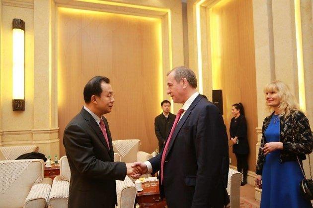 Сергей Левченко на встрече с представителями Китая, Наталья Левченко справа