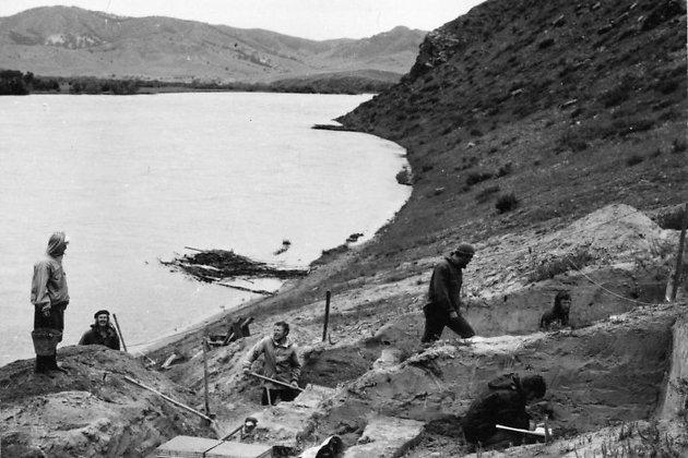 Раскопки стоянки Усть-Кяхта-3 на правом берегу Селенги, 1976 год