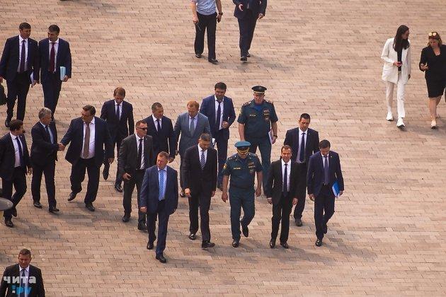 Премьер министр Дмитрий Медведев с Александром Осиповым направляются в администрацию.
