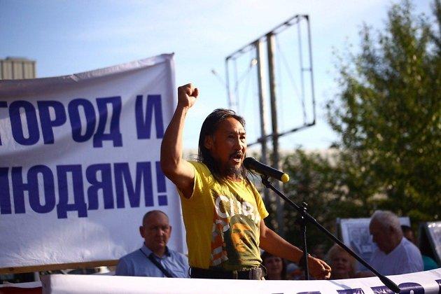 Александр Габышев выступает с речью перед читинцами, делая их, как он считает, свободными от Путина