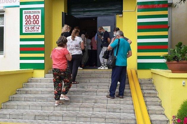 Очередь в поликлинику на улице Ленинградской в Чите