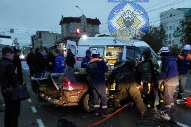 Спасатели распиливают смятую в ДТП «Тойоту» на улице Чкалова в Чите