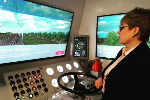 Наталья Жданова испытывает себя в управлении локомотивом