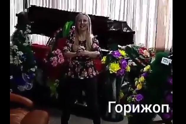 «Горижоп»: Российский депутат сняла видео осжигании жира нафоне гробов