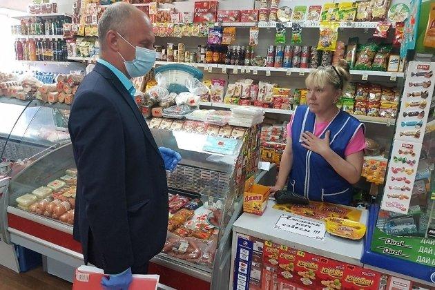 Продавец уверяет замминистра экономического развития Забайкальского края Дениса Рысева, что будет соблюдать масочный режим.