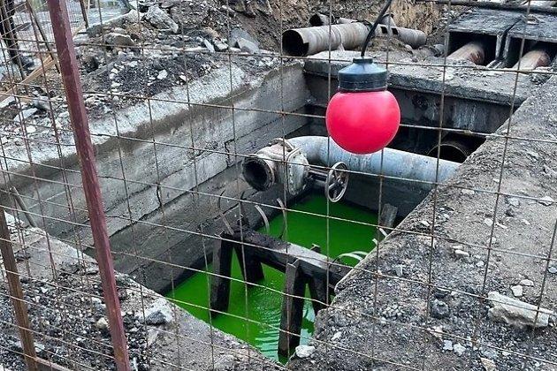 Зелёная вода в трубах на перекрёстке Анохина и Кастринской