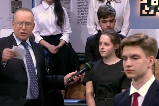 Анна Лещёва (в центре)