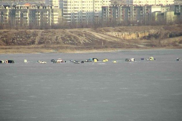 Рыбаки на льду озера Кенон