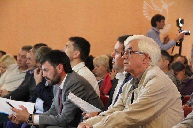 Депутат заксобрания от КПРФ Сергей Белоногов на встрече врио губернатора Александа Осипова с жителями Вершино-Дарасунского. Посёлок входит в избирательный округ депутата. 21 июля 2019 года.
