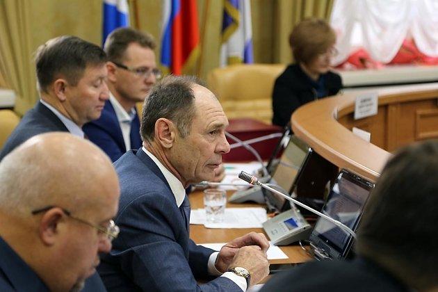 Депутаты Сергей Юдин (на переднем плане) и Юрий Коренев (на заднем слева) были коллегами по фракции КПРФ