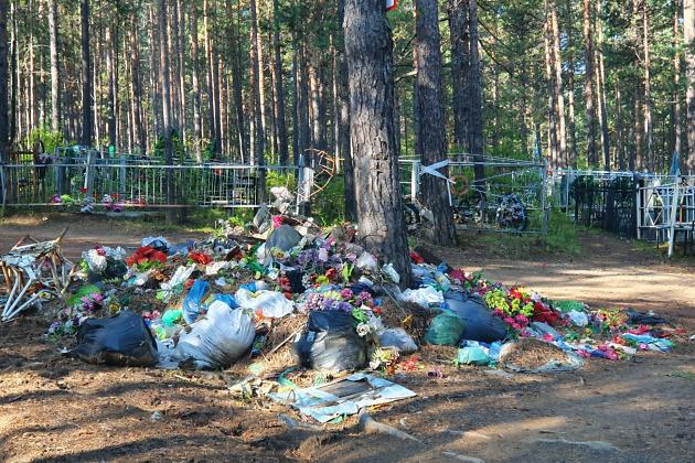 Мусор на кладбище, август 2019-го