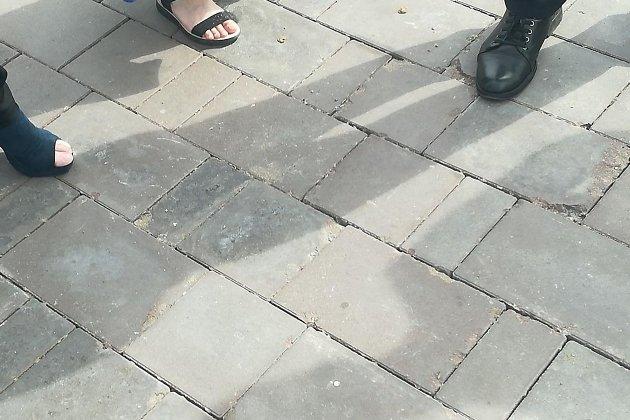 Место повреждения плитки на площади Ленина