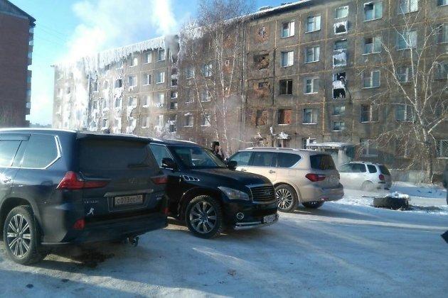Машины депутатов во дворе общежития бывшего ИВВАИУ