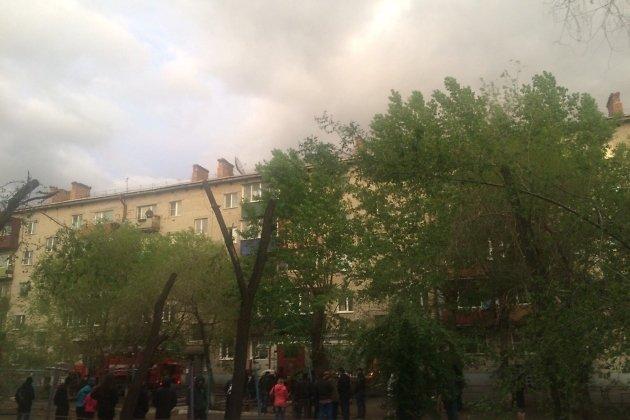 Двор дома, в котором произошёл пожар