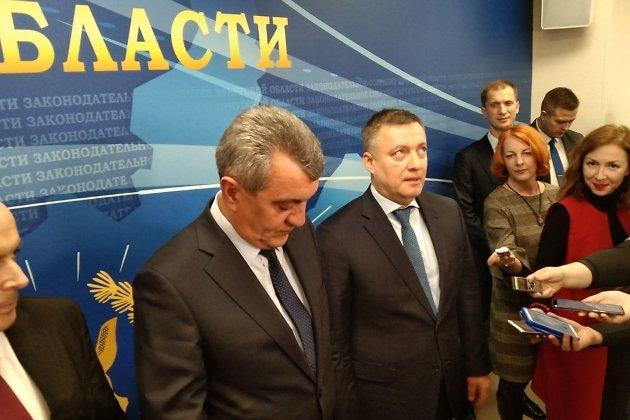 Временно исполняющий обязанности губернатора Иркутской области Игорь Кобзев (справа) во время пресс-подхода 13 декабря