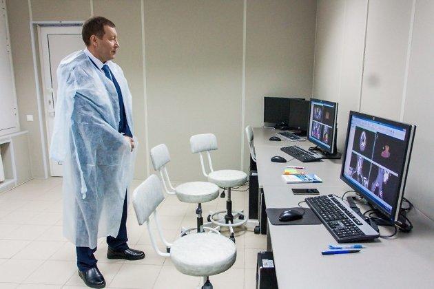 Михаил Лазуткин на экскурсии по онкологическому центру, 2015 год.