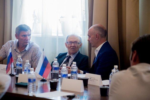 Виктор Кулеш и Егор Пономаренко общаются перед дебатами