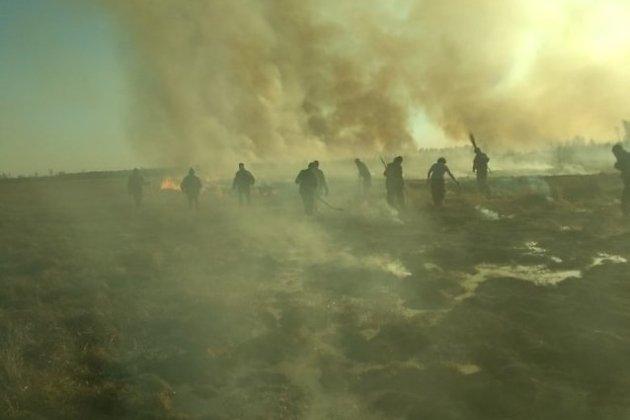Жители Смоленки на тушении пожара