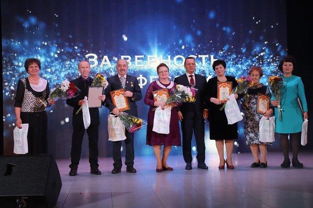 Министр здравоохранения Забайкалья Сергей Давыдов (пятый слева) с победителями номинации «За верность профессии»