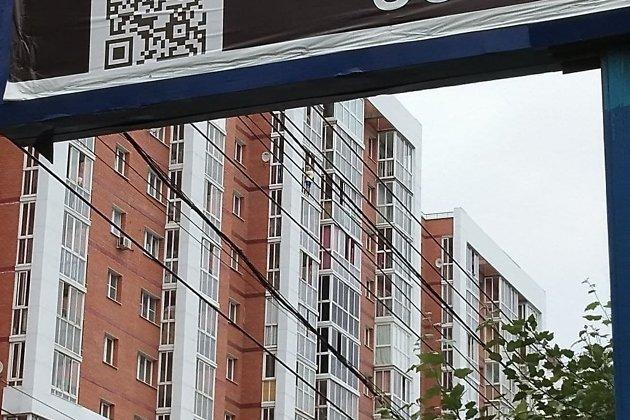 Мужчина с ребёнком стоит на карнизе балкона 13-го этажа