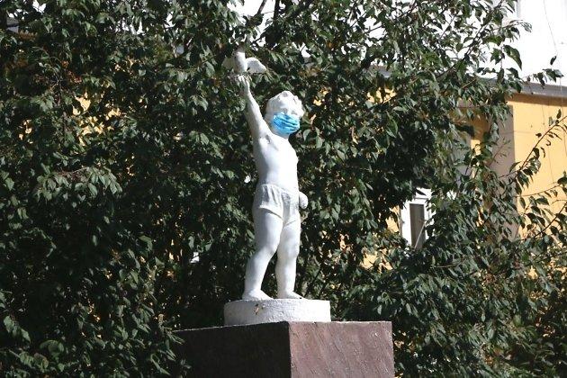 Скульптура в маске.