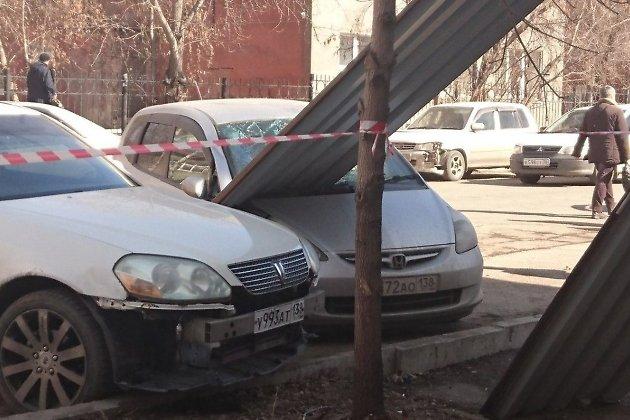 ВИркутске рабочие уронили профлист наприпаркованный автомобиль