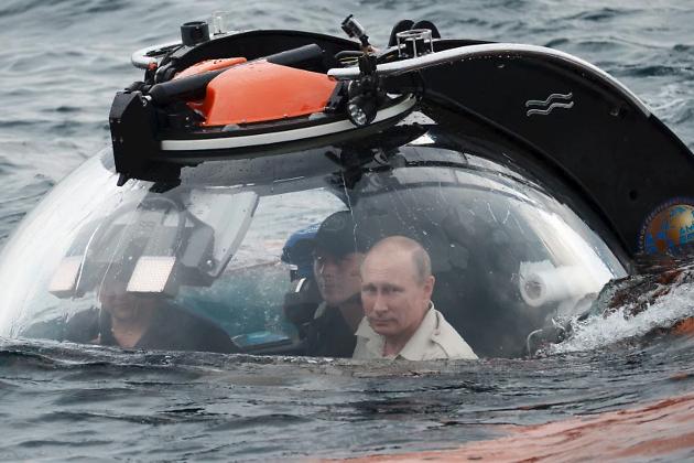 Президент России Владимир Путин погружается на дно Черного моря на борту подводного аппарата