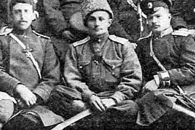 Сотник Павел Иванович Войлошников (в центре) среди группы офицеров 1-го Верхнеудинского казачьего полка