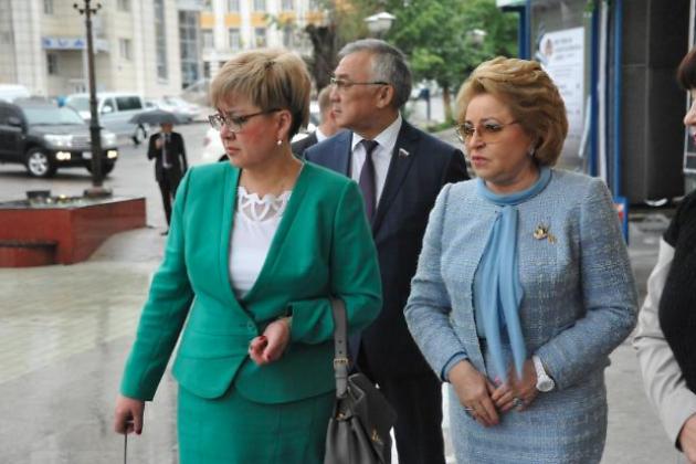 Матвиенко (справа) на Театральной площади вместе с губернатором Натальей Ждановой и сенатором Баиром Жамсуевым