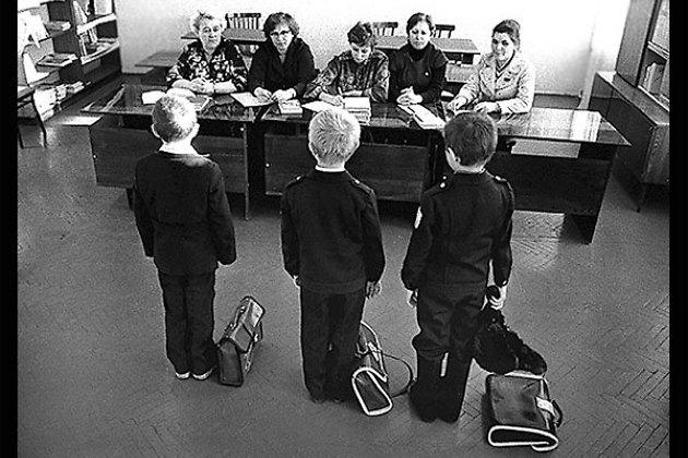 Внимательный наблюдатель найдёт на этом снимке не только учителей, но и министерства