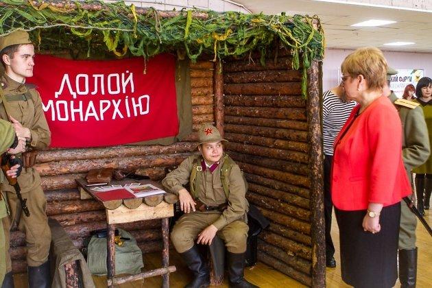 Губернатор Забайкальского края Наталья Жданова знакомится с участниками выставки-ярмарки НКО