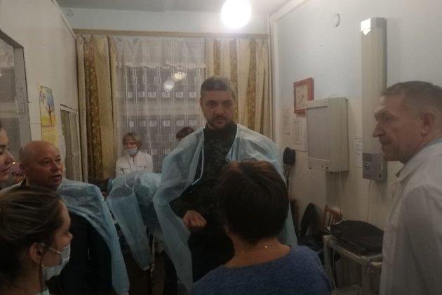 Губернатор Забайкалья Александр Осипов (в центре) в Нерчинской ЦРБ