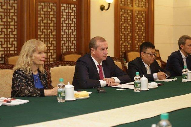 Сергей Левченко на встрече с представителями Китая, Наталья Левченко слева
