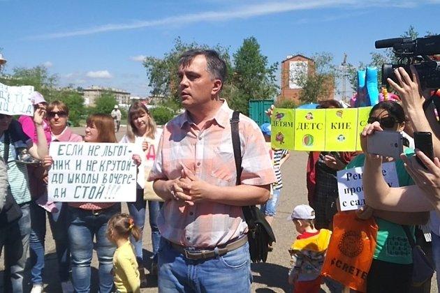 Июнь 2018 года. Андрей тОмских пришёл на митинг родителей, чьи дети не попали в детсады.