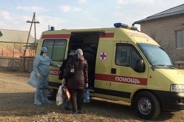 Военные врачи вывозят больных коронавирусом из Могойтуйского района