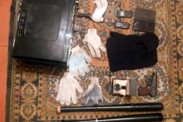 Биты, маски и другие вещи, изъятые у задержанных