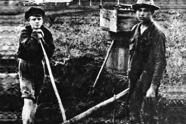 Один из этих двух мужчин – эмигрант Прасов, расстрелянный японцами за сотрудничество с советскими спецслужбами, кто именно, к сожалению, неизвестно. Они сняты за работой в пригороде Маньчжурии Сяобэйтунь, в 1930 г. Также выглядел и наш герой