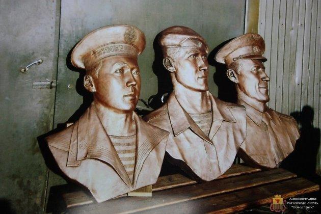 Слева направо барельефы Алдару Цыденжапову, Евгению Эпову и Виктору Тюрикову