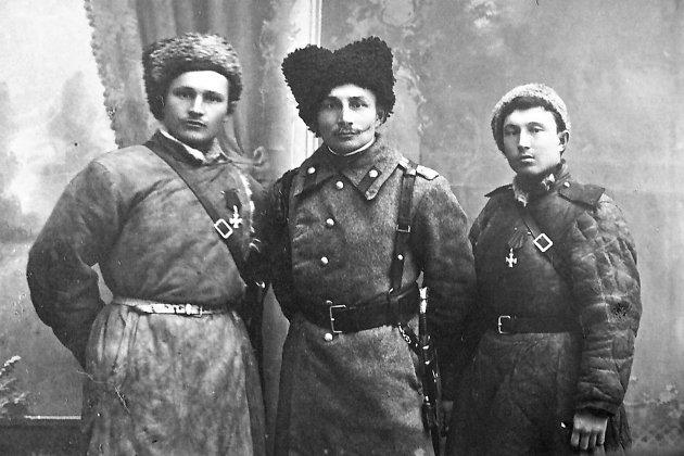 На обороте фото надпись: «от Вани». Скорее всего, это фронтовой снимок с первыми наградами братьев Войлошниковых Арсения и Ивана.