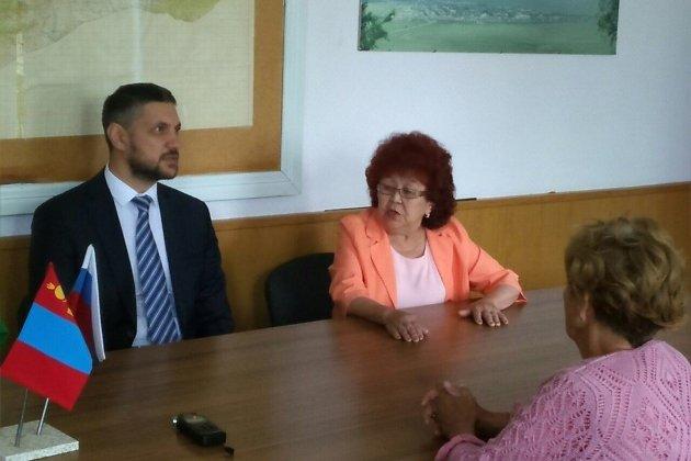 На фото глава Кыринского района Любовь Сакияева совещается с врио губернатора Александром Осиповым в Кыре