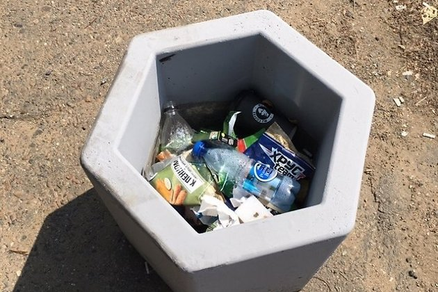Полный мусора вазон на Бабушкина