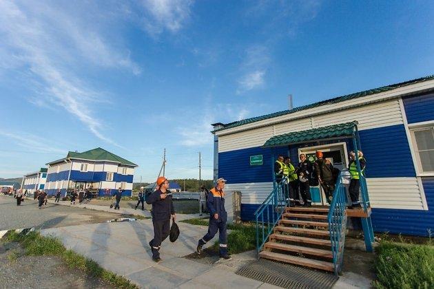 Рабочие Быстринского ГОКа идут на ужин в столовую вахтового посёлка
