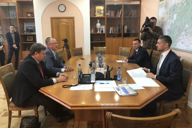 Врио губернатора Забайкалья Александр Осипов (первый справа) на встрече с президентом Всероссийской федерации плавания Владимиром Сальниковым (первый слева)