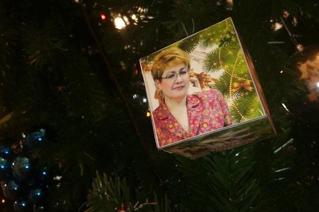 ВЧите новогоднюю елку украсили игрушками спортретами президента идепутатов