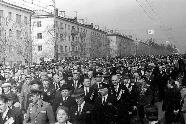 Шествие ветеранов Победы по ул. Новобульварной к стадиону ЗабВО, 1970 год