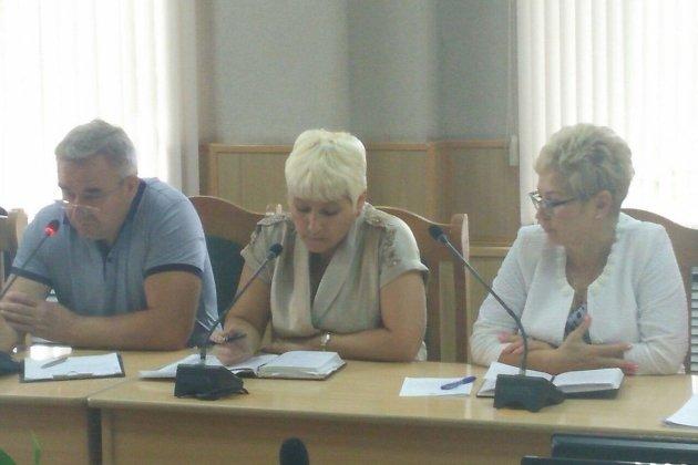 Председатель комитета по финансам мэрии Читы Татьяна Зеленская в центре на фото