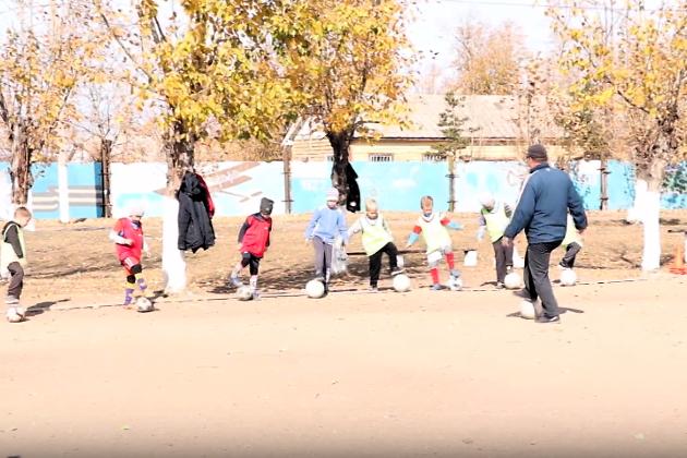 Единственное футбольное поле в селе Домна, здесь занимается детская спортшкола