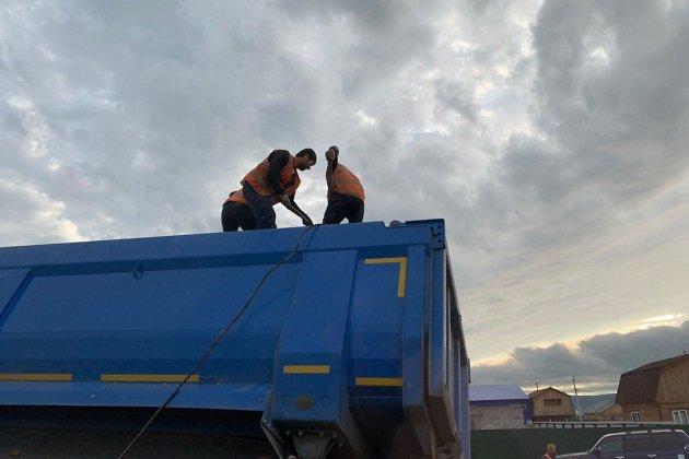 Съехавший с дороги грузовик в районе Биофабрики в Чите