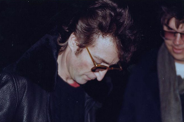 Джон Леннон даёт автограф своему будущему убийце Марку Чепмену